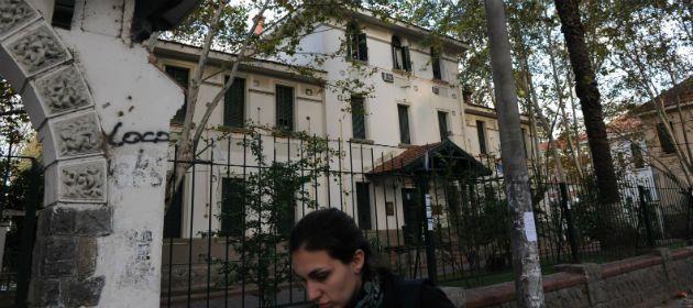 El hospital de Suipacha y Santa Fe. Se abrió una investigación por la muerte violenta de un paciente. (Foto de archivo)