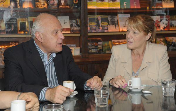 Lifschitz y Stolbizer dialogan durante el encuentro que mantuvieron en el bar El Cairo.