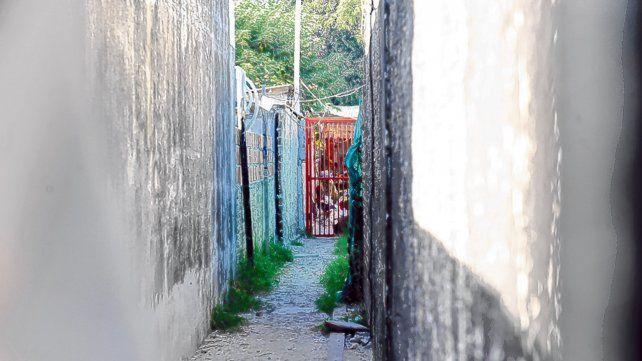 en el fondo. El pasillo por el cual ingresaron los homicidas y donde funcionaría un quiosco de venta de drogas.
