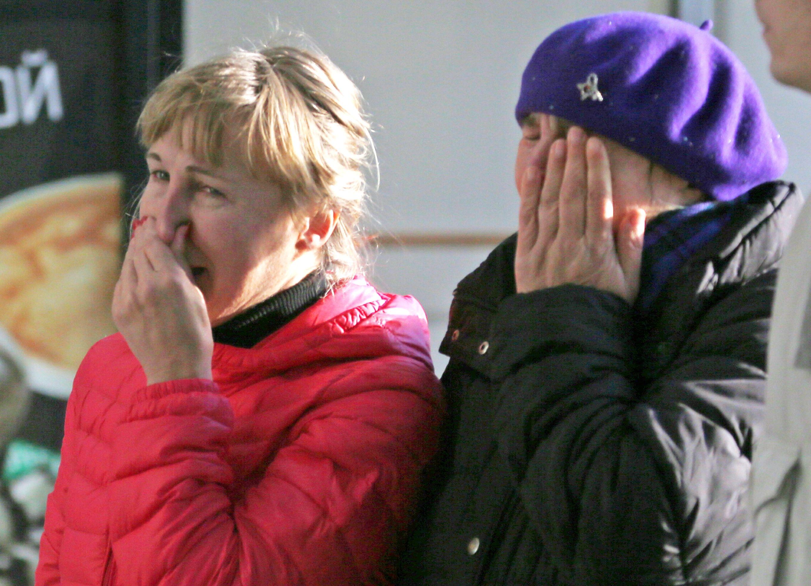 Familiares de los pasajeros del avión siniestrado no tienen consuelo en el aeropuerto de San Petersburgo. (Foto: Reuters)