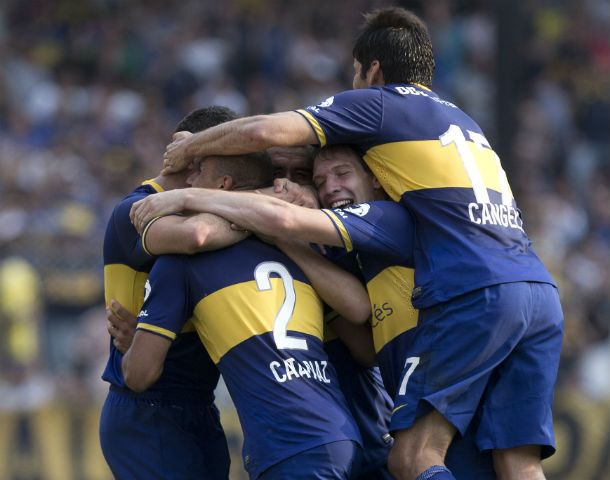 Abrazo loco. Los jugadores de Boca celebran la conquista del Cata Díaz. Fue el segundo tanto del equipo xeneize