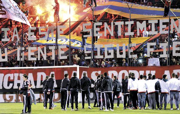 Unidos. Los futbolistas juntos en la cancha al ritmo de los gritos de la gente.
