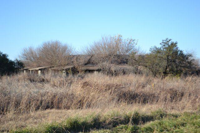 El motel de Pastorino hoy está sepultado entre las malezas. Iba a ser inaugurado en 1978 pero nunca se terminó.