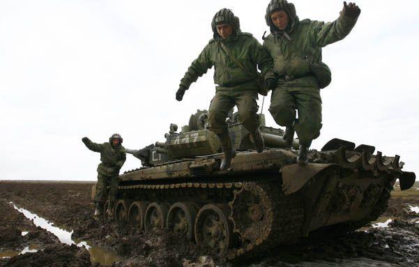 Aprestos. Tanquistas rusos se ejercitan en la zona de Voronezh