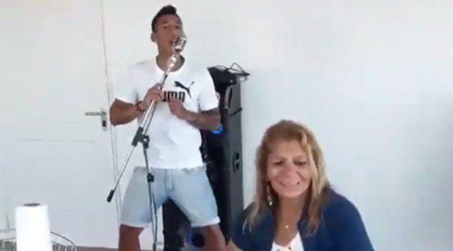 Brian Sarmiento agita las redes sociales con el baile de su mamá al ritmo de Tamo Activo