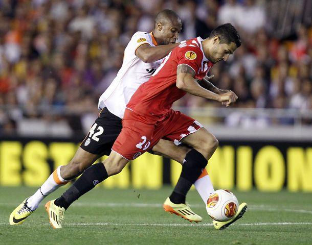 Seydou Keita disputa el balón ante Vitolo durante el encuentro jugado hoy en el Mestalla.
