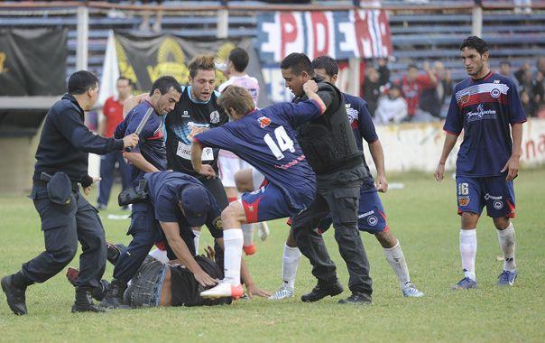Batahola. Gurucega y Reibel intentan golpear a uno de los que entró para agredir.