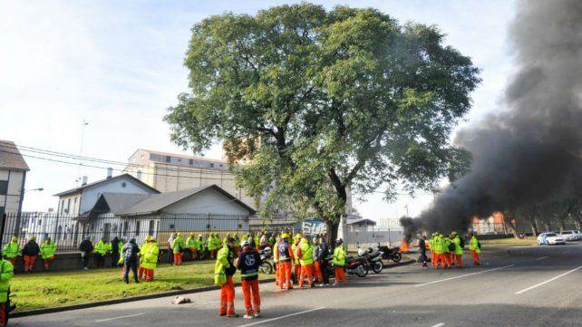 Los trabajadores portuarios lanzaron un paro por tiempo indeterminado. (Foto: Celina Mutti Lovera)