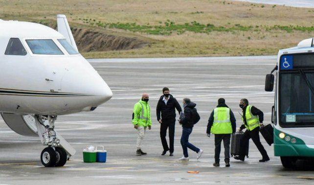 Jorge Messi arriba al avión que se dirige rumbo a Barcelona previa escala en Estados Unidos. (Foto: Sebastián Suárez Meccia)
