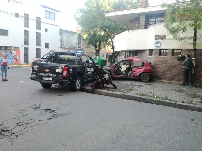 Una camioneta policial chocó con violencia contra un Renault Clio en Laprida y Ocampo.