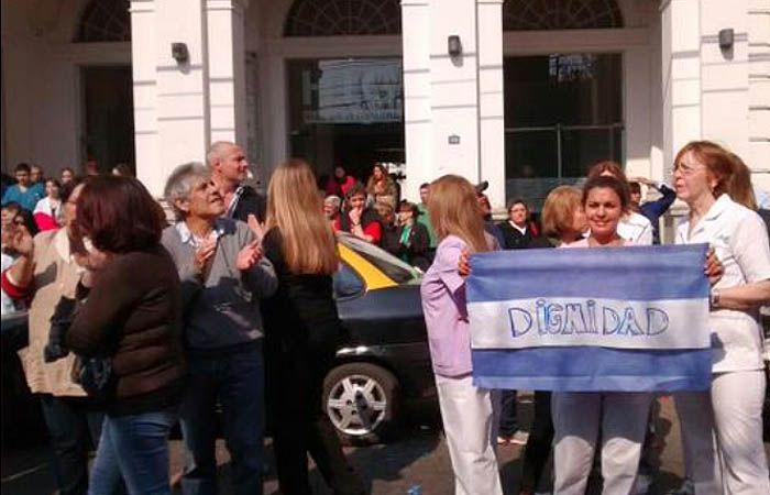 El abrazo solidario partió desde las puertas del hospital de Virasoro al 1300. (Foto: @ConclusionRos)