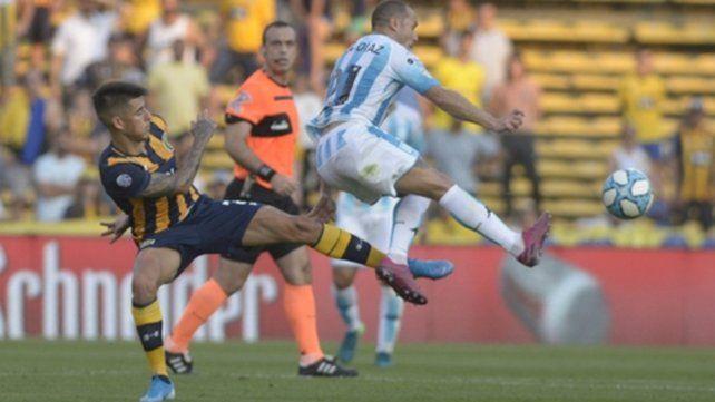 Con zurda. Pereyra intenta obstaculizar el despeje del chileno Díaz. El volante canalla fue sustituido.