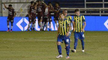 Bronca canalla. Vecchio, Cucchi y Rabuñal no lo pueden creer y sufren el agónico empate, mientras los jugadores de Central Córdoba abrazan a Milton Giménez, el autor de un golazo de tiro libre.