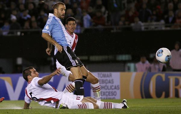 Desde el comienzo. Rodrigo Palacio estuvo entre los titulares frente a Perú y volvería a jugar desde el inicio en el Centenario.