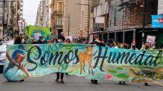 ambientalistas marchan en rosario por la nueva ley de humedales