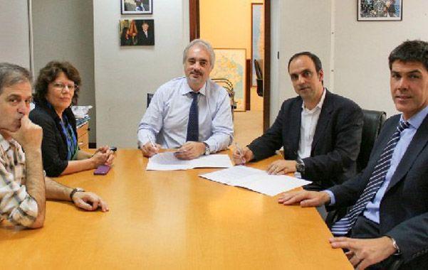 Funcionarios locales y nacionales en la firma del convenio.