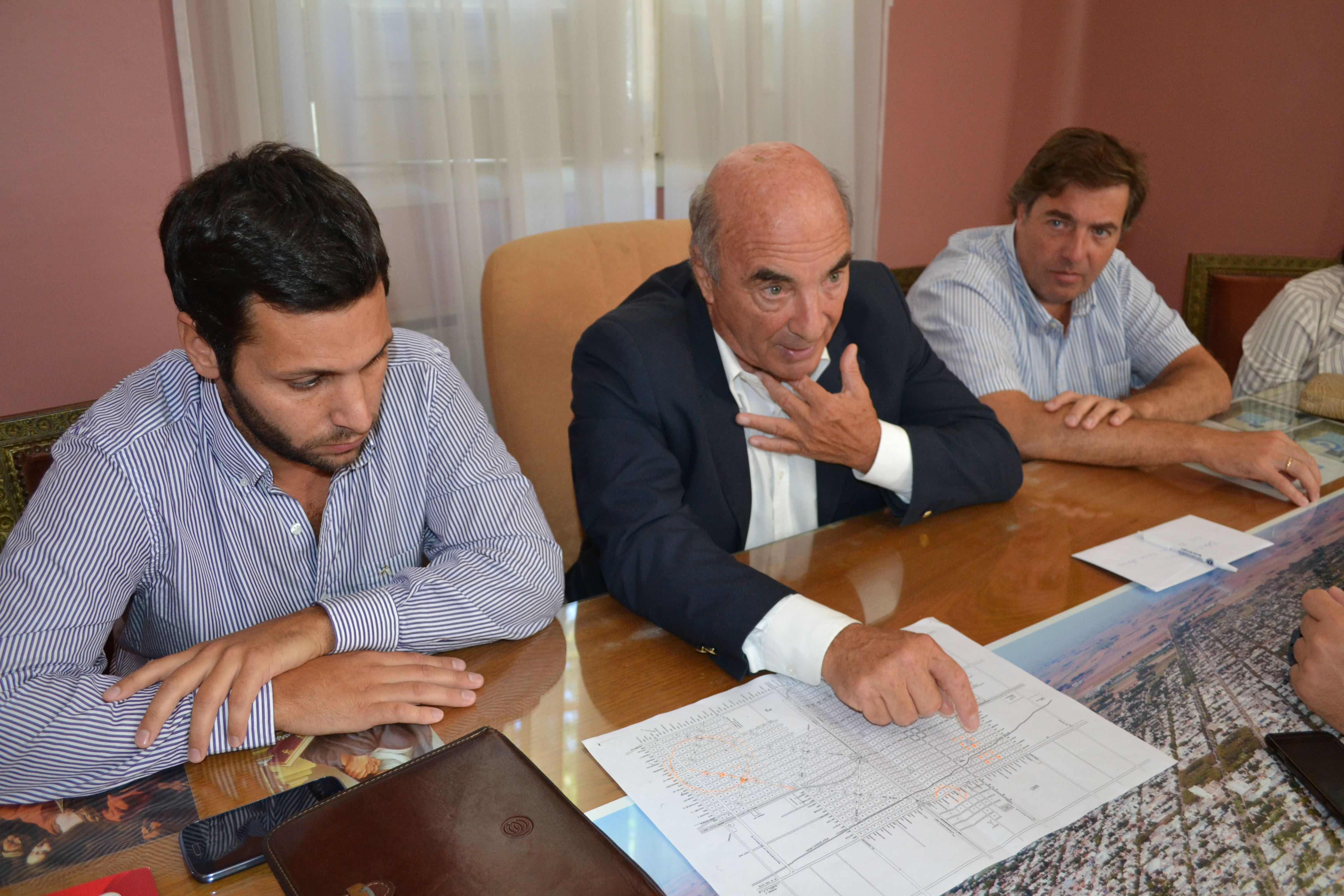 El intendente Bacalini (centro) y funcionarios explicaron el proyecto.