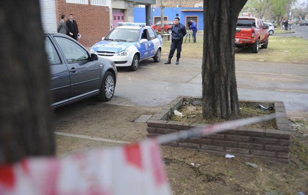 Bajo los pinos. La víctima estaba junto a un socio y un empleado frente a su local cuando lo acribillaron a tiros.