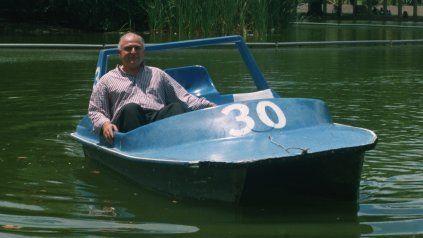 Fuera de protocolo, Lifschitz posa para La Capital en un bote del Laguito del parque Independencia en enero de 2002.