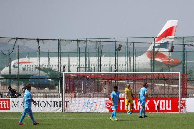 Gibraltar y San Marino jugaron por la Liga de las Naciones. El plus es que la cancha está al lado del aeropuerto,