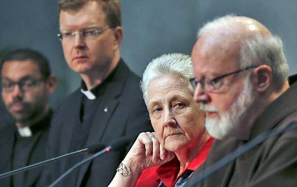 Firmes. Marie Collins (segunda de la derecha) y el cardinal Sean Patrick O'Malley (primero derecha)