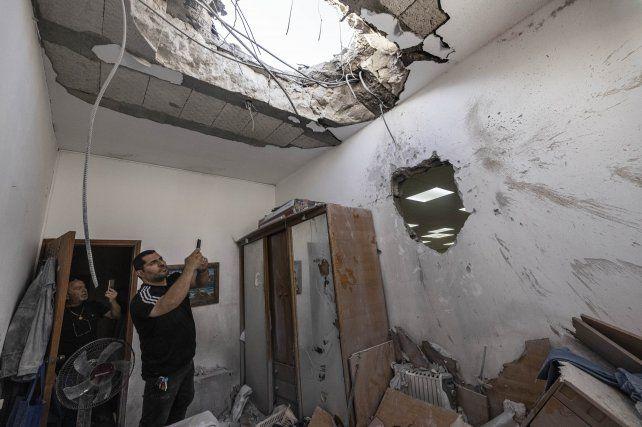 Una vivienda israelí, totalmente destruida por un cohete palestino en la ciudad de Ashkelón.
