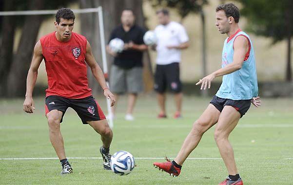 En cancha. Bernardi maneja la pelota ante la marca de Cáceres.