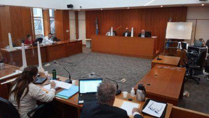 Los jueces del Tribunal. Rafael Coria, José Luis Suárez y Florenitino Malaponte al fondo. Adelante el abogado querellante Eduardo Hadad, y a la izquierda el fiscal Walter Jurado.