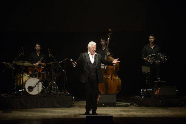 Raúl Lavié pidió aplausos especiales para los artistas invitados.