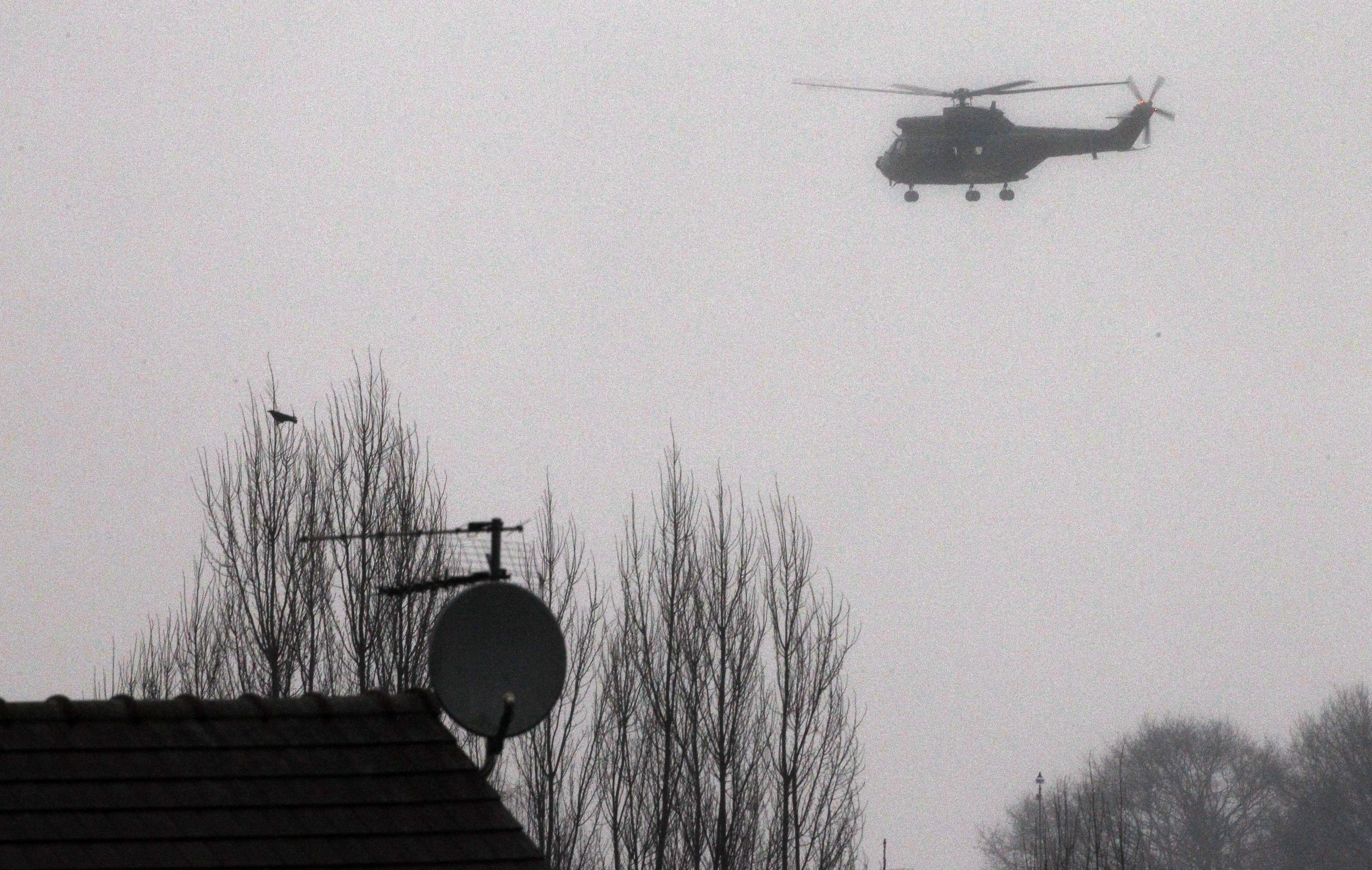 Un helicóptero de las fuerzas de seguridad francesas recorre la zona donde estarían los sospechosos. (Foto:Reuters)