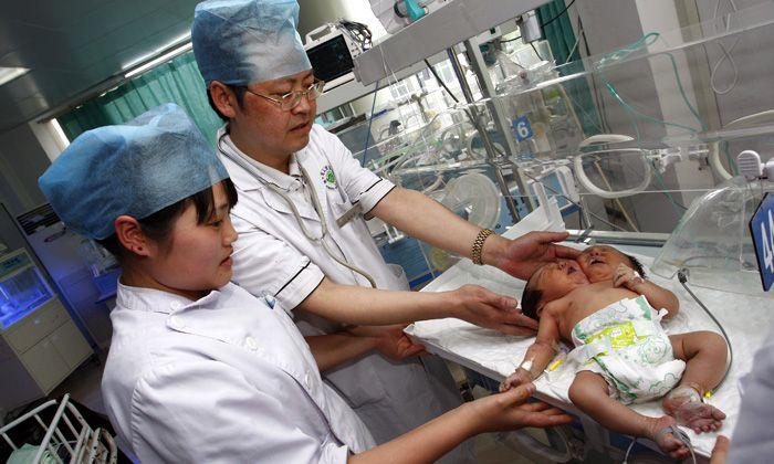 Nacen siamesas con un solo cuerpo y dos cabezas en China