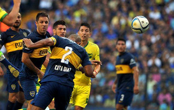 El catamarqueño Daniel Díaz se eleva y mete un cabezazo incontrolable para Arias. Fue el primero de Boca. (Foto: Télam)