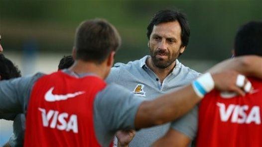 Pérez dialoga con el plantel en el entrenamiento.
