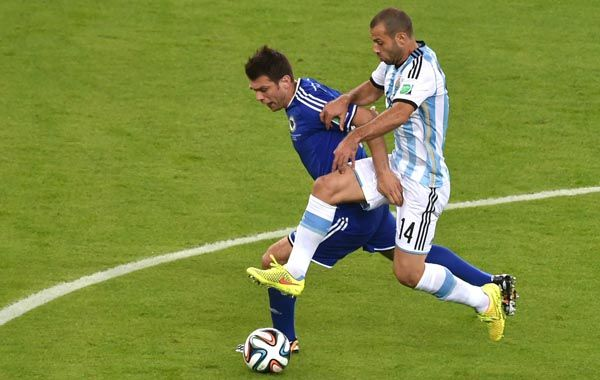 Javier Mascherano pelea la pelota con el volante bosnio Zvjezdan Misimovic. (Foto: AFP)