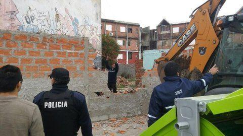 a demoler. Agentes municipales derriban una construcción ilegal que avanzaba sobre un espacio público en un Fonavi.