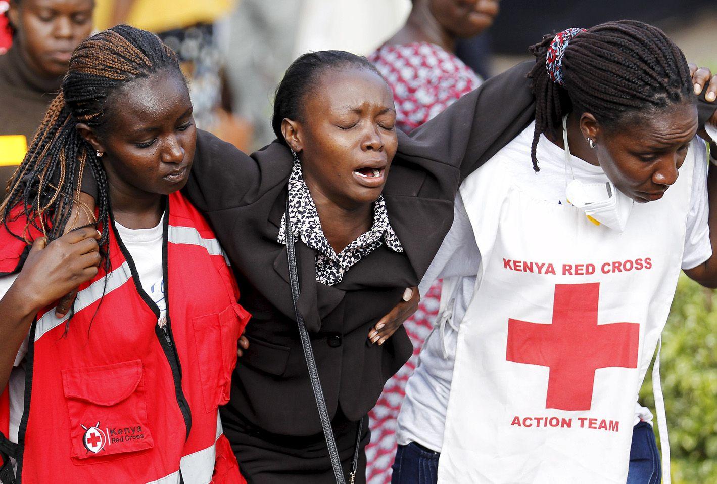Demasiado dolor. La madre de uno de los estudiantes asesinados es asistida por la Cruz Roja en Nairobi.