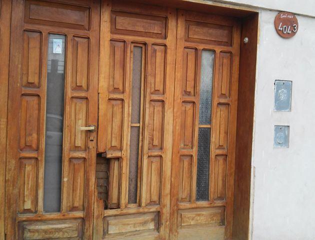 La puerta de la casa donde se introdujeron los delincuentes exhibe las huellas del violento asalto. (Foto: Sebastián S. Meccia)