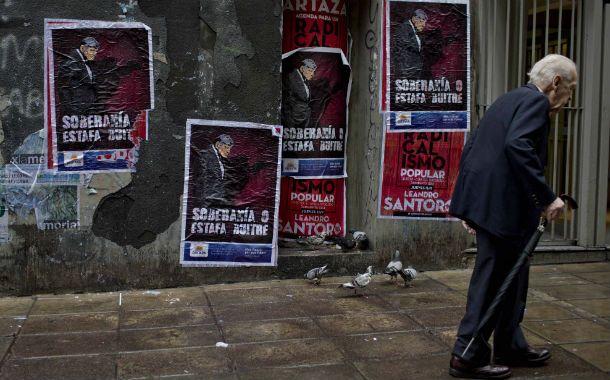 Pegatina La City porteña está empapelada con afiches antifondos buitre.