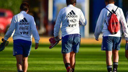 Múltiples reconocidas jugadoras, dice el comunicado sobre la denuncia que espera el accionar de Fifa y AFA y será llevada a la justicia.