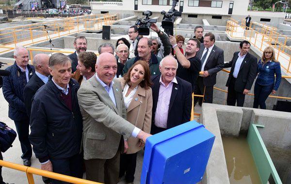 El gobernaodr y la intendenta pusieron en marcha el ingreso de agua a la planta potabilizadora.