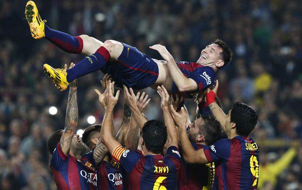 Gloria en las alturas. Leo acaba e convertir su segundo gol ante Sevilla y sus compañeros lo tiran por el aire.