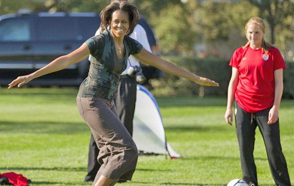 Esbelta. Michelle en los jardines de la Casa Blanca hace deporte con chicos del programa Let's Move.