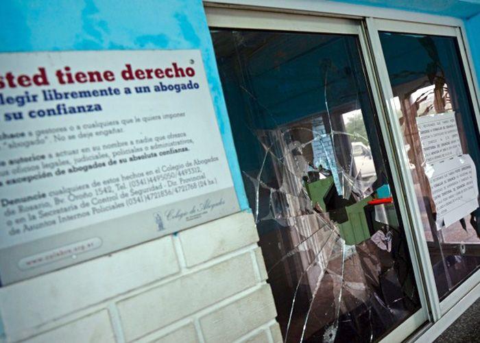Anoche el personal de la comisaría 14ª fue atacada a balazos por tres delincuentes armados. (Gentileza RosarioPlus)