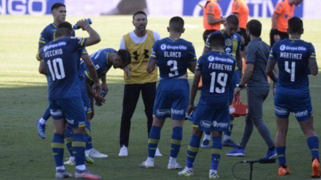 El Kily no guarda. El DT canalla rodeado de sus jugadores en el último encuentro en el Gigante. Ahora apostará a pasar a los 16avos de final de la Copa Argentina.