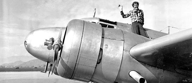 Una foto de Amelia Earhart y su avión Lockheed Electra que utilizaba para dar la vuelta al mundo. Es de marzo de 1937