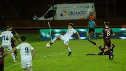 Jerónimo Cacciabue conecta el centro de Franco Negri. En el rebote anotará el 2-1 ante Lanús.