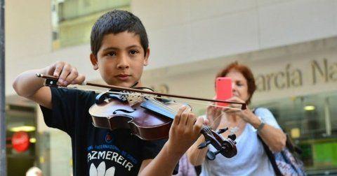 Precoz. Esteban tiene 11 años y despliega su arte en plena zona de bancos del centro marplatense.