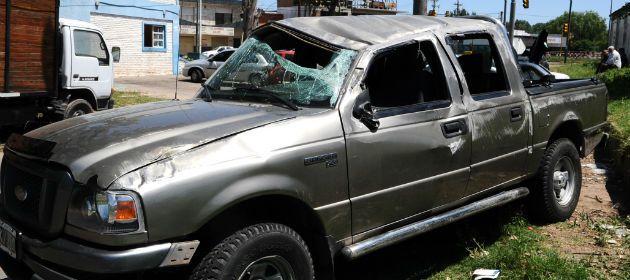 La camioneta Ford Ranger en la que viajaban más de 20 personas.