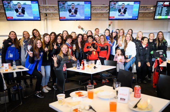 Alvarez junto al resto de las mujeres que forman parte del WorldSBK.