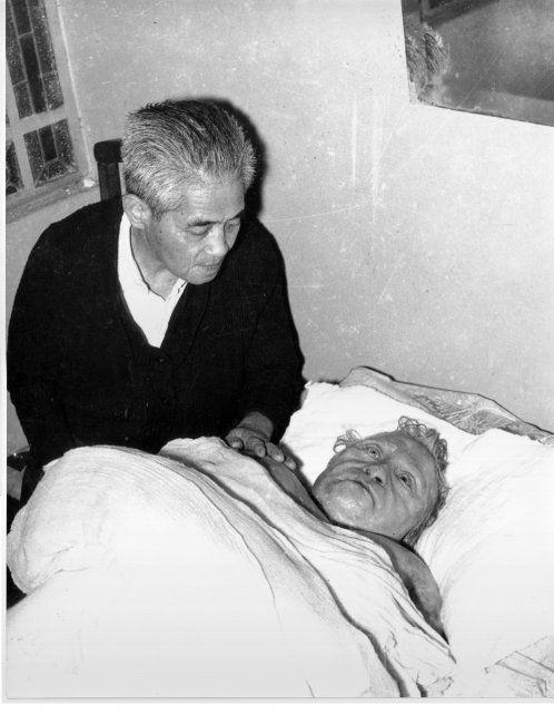 El doctor japonés junto al cuerpo de su querida esposa. (Colección Chiavazza. Archivo de Fotografía de la Escuela Superior de Museología).